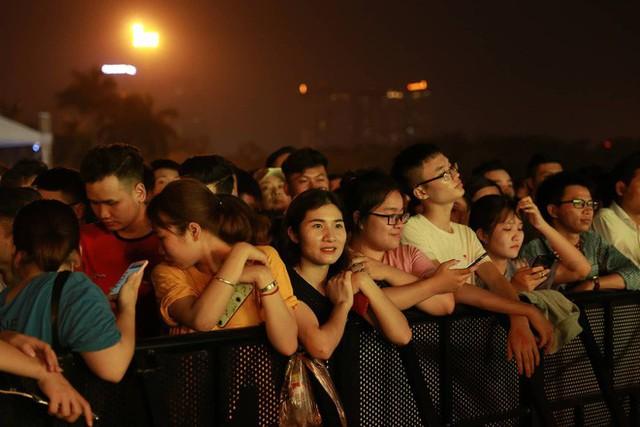 Hình ảnh nóng từ nơi diễn ra màn biểu diễn đua xe F1 tại Hà Nội - Ảnh 5.