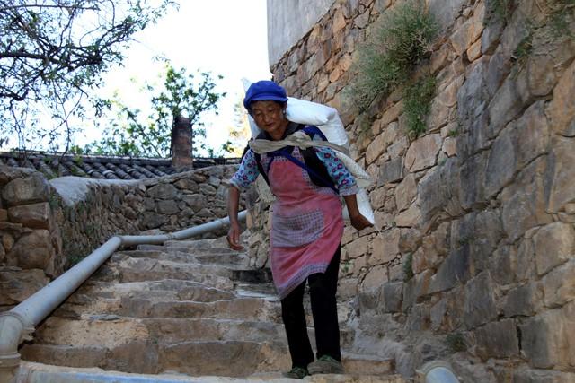 Lặng ngắm ngôi làng cổ yên bình, rất ít người biết đến trên vách đá khổng lồ tại Trung Quốc: Một lần tới Bảo Sơn, cả đời ấn tượng khó quên!  - Ảnh 5.