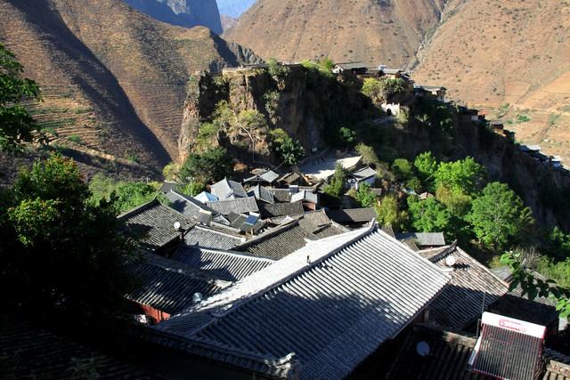 Lặng ngắm ngôi làng cổ yên bình, rất ít người biết đến trên vách đá khổng lồ tại Trung Quốc: Một lần tới Bảo Sơn, cả đời ấn tượng khó quên!  - Ảnh 3.
