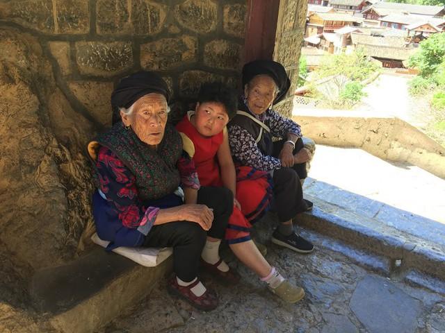 Lặng ngắm ngôi làng cổ yên bình, rất ít người biết đến trên vách đá khổng lồ tại Trung Quốc: Một lần tới Bảo Sơn, cả đời ấn tượng khó quên!  - Ảnh 13.