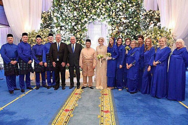 Hé lộ những hình ảnh đầu tiên về cô dâu thường dân Thụy Điển, chiếm trọn trái tim Thái tử Malaysia trong đám cưới xa hoa - Ảnh 1.