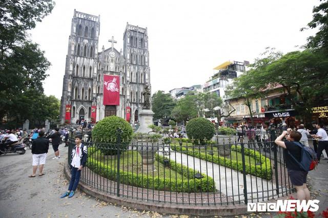 Cận cảnh nhà thờ tại Hà Nội có kiến trúc phỏng theo Nhà thờ Đức Bà Paris - Ảnh 1.