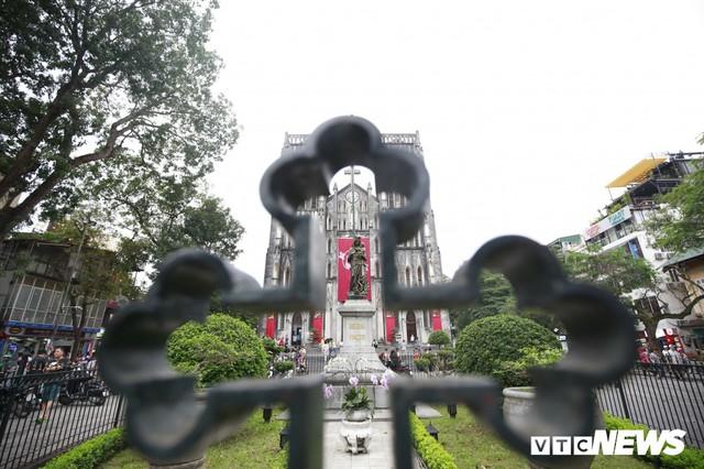 Cận cảnh nhà thờ tại Hà Nội có kiến trúc phỏng theo Nhà thờ Đức Bà Paris - Ảnh 2.