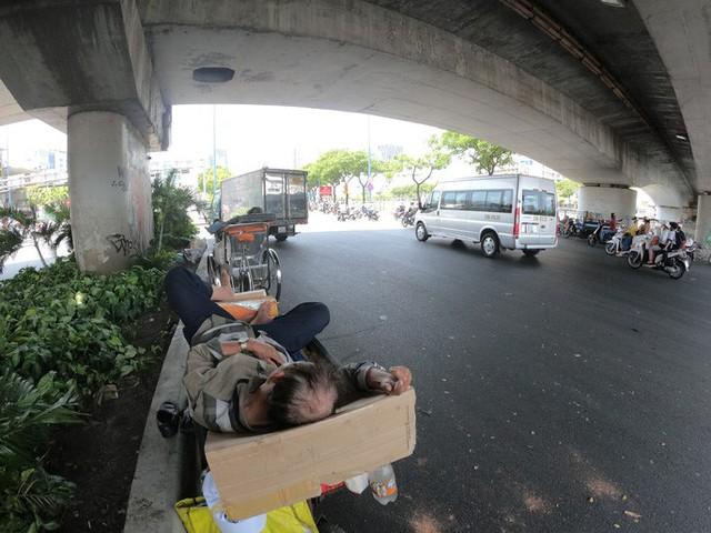 TP HCM nắng nóng hơn 43 độ C, người dân nhìn thấy ảo ảnh trên đường  - Ảnh 2.