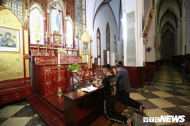 Cận cảnh nhà thờ tại Hà Nội có kiến trúc phỏng theo Nhà thờ Đức Bà Paris - Ảnh 13.
