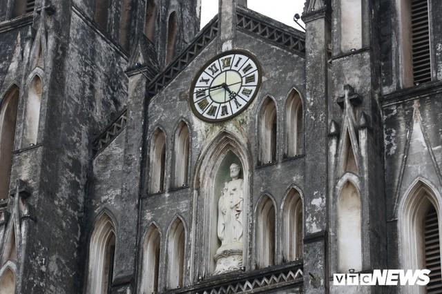 Cận cảnh nhà thờ tại Hà Nội có kiến trúc phỏng theo Nhà thờ Đức Bà Paris - Ảnh 4.