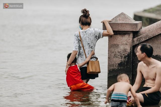 Hà Nội oi nóng ngộp thở, nhiều người mang theo cả thú cưng ra Hồ Tây tắm bất chấp biển cấm - Ảnh 11.