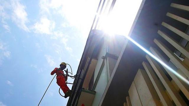 Công nhân vật vã làm việc trên công trường dưới nắng nóng 40 độ - Ảnh 11.