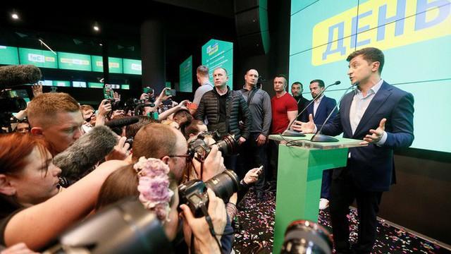 Chiến thắng áp đảo, danh hài Zelensky úp mở về giải pháp cho Donbass và tương lai của ông Poroshenko - Ảnh 1.