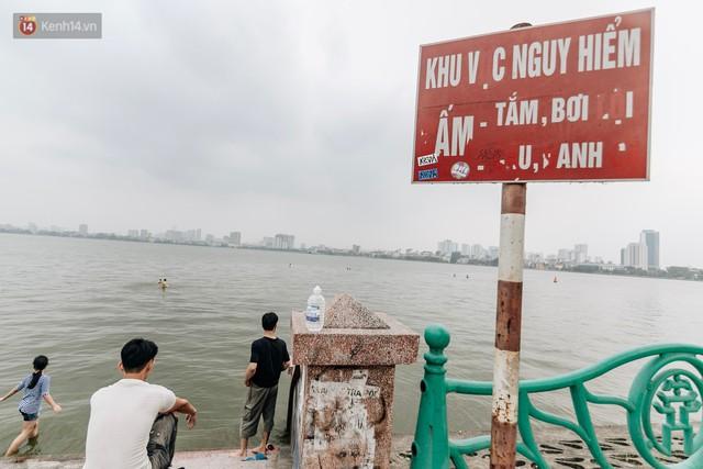 Hà Nội oi nóng ngộp thở, nhiều người mang theo cả thú cưng ra Hồ Tây tắm bất chấp biển cấm - Ảnh 3.
