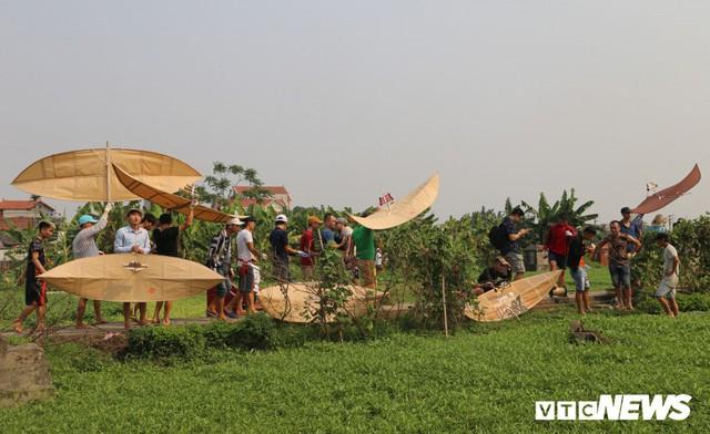 Ảnh: Người Hà Nội hồ hởi thả diều dưới cái nắng 41 độ C trong hội làng Bá Dương Nội - Ảnh 4.