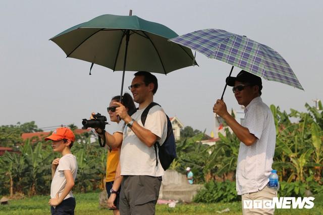 Ảnh: Người Hà Nội hồ hởi thả diều dưới cái nắng 41 độ C trong hội làng Bá Dương Nội - Ảnh 8.