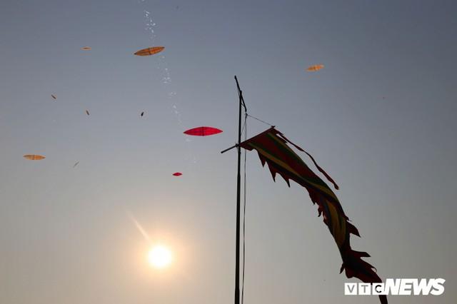 Ảnh: Người Hà Nội hồ hởi thả diều dưới cái nắng 41 độ C trong hội làng Bá Dương Nội - Ảnh 10.