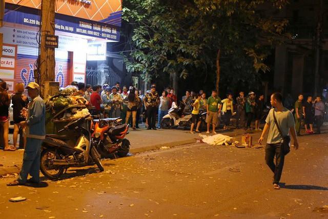 Ảnh: Hiện trường ô tô đâm liên hoàn khiến nữ lao công tử vong, nhiều người bị thương ở Hà Nội - Ảnh 1.