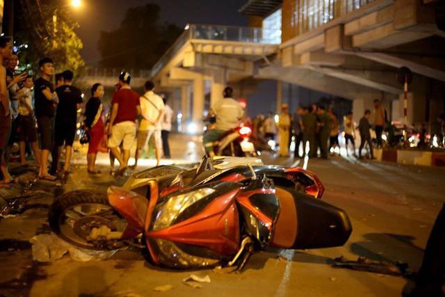 Ảnh: Hiện trường ô tô đâm liên hoàn khiến nữ lao công tử vong, nhiều người bị thương ở Hà Nội - Ảnh 2.