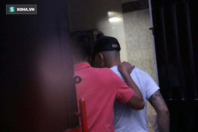 Tống đạt quyết định khởi tố Phúc XO về hành vi tổ chức sử dụng ma túy - Ảnh 2.