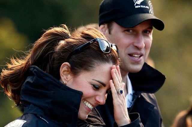 """Hiền lành như Công nương Kate cũng khiến người khác phải """"cứng họng"""" với màn đối đáp sâu cay khi bị hỏi về chuyện tình cảm với Hoàng tử William - Ảnh 1."""