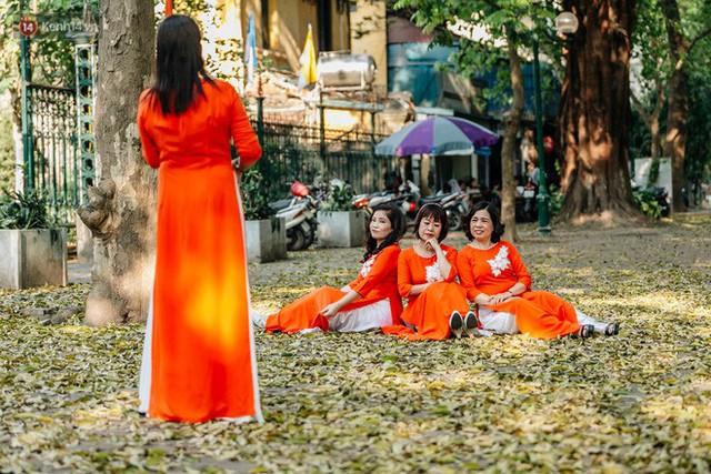 Mùa lá sấu tung bay, người dân kéo tới chụp ảnh ở con đường lãng mạn nhất Thủ đô dù nắng nóng 40 độ C - Ảnh 15.