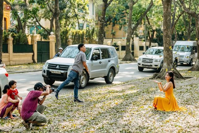 Mùa lá sấu tung bay, người dân kéo tới chụp ảnh ở con đường lãng mạn nhất Thủ đô dù nắng nóng 40 độ C - Ảnh 17.