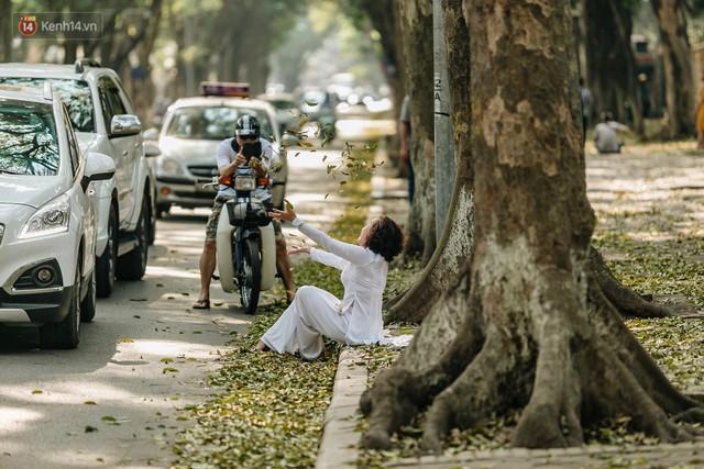 Mùa lá sấu tung bay, người dân kéo tới chụp ảnh ở con đường lãng mạn nhất Thủ đô dù nắng nóng 40 độ C - Ảnh 19.