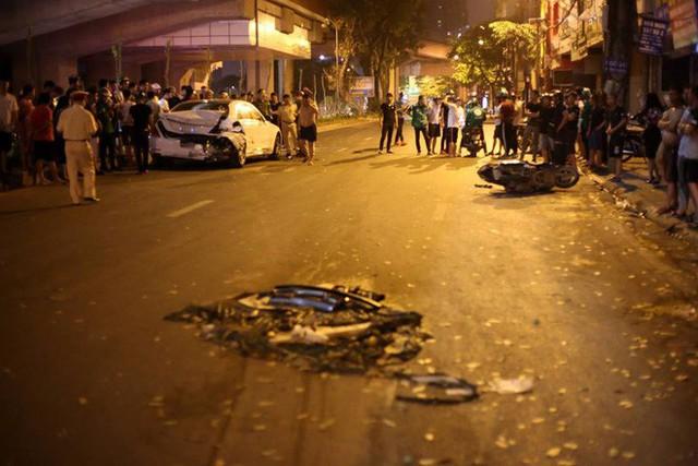 Ảnh: Hiện trường ô tô đâm liên hoàn khiến nữ lao công tử vong, nhiều người bị thương ở Hà Nội - Ảnh 3.