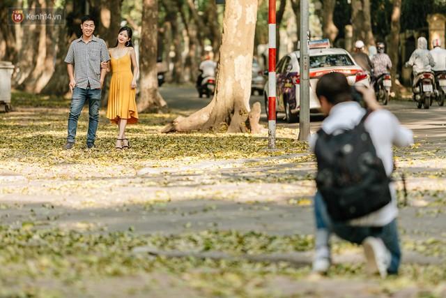 Mùa lá sấu tung bay, người dân kéo tới chụp ảnh ở con đường lãng mạn nhất Thủ đô dù nắng nóng 40 độ C - Ảnh 21.