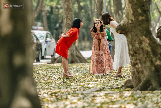 Mùa lá sấu tung bay, người dân kéo tới chụp ảnh ở con đường lãng mạn nhất Thủ đô dù nắng nóng 40 độ C - Ảnh 24.
