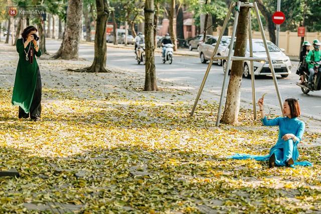 Mùa lá sấu tung bay, người dân kéo tới chụp ảnh ở con đường lãng mạn nhất Thủ đô dù nắng nóng 40 độ C - Ảnh 26.