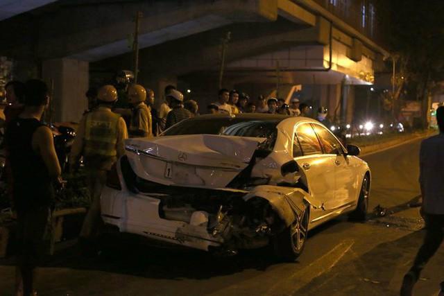 Ảnh: Hiện trường ô tô đâm liên hoàn khiến nữ lao công tử vong, nhiều người bị thương ở Hà Nội - Ảnh 4.