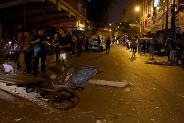 Ảnh: Hiện trường ô tô đâm liên hoàn khiến nữ lao công tử vong, nhiều người bị thương ở Hà Nội - Ảnh 5.