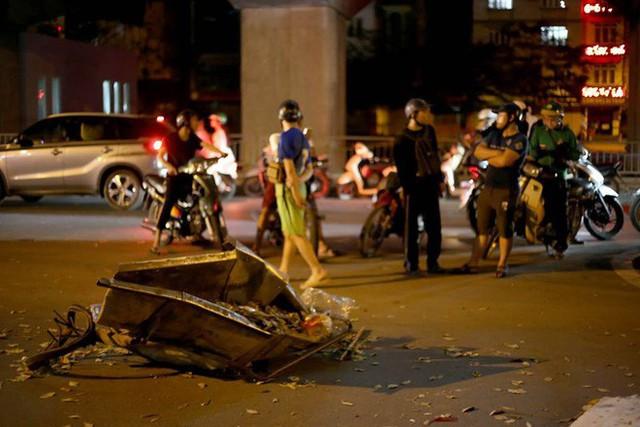 Ảnh: Hiện trường ô tô đâm liên hoàn khiến nữ lao công tử vong, nhiều người bị thương ở Hà Nội - Ảnh 7.