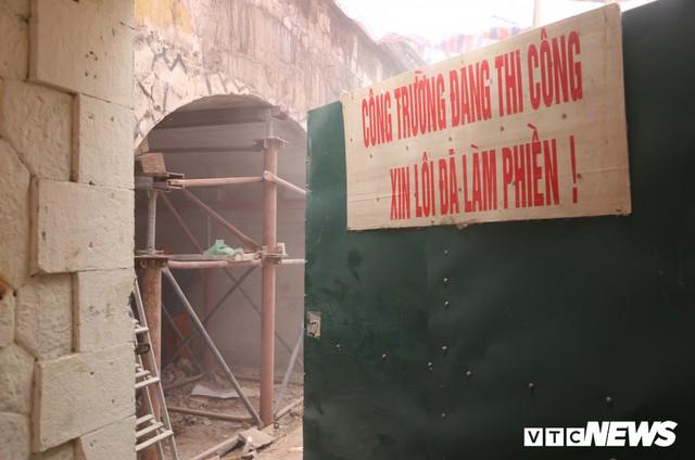 Ảnh: Vòm cầu đá trăm tuổi được đục thông trên phố cổ Hà Nội - Ảnh 2.
