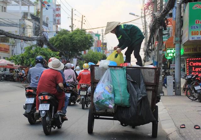 Người Sài Gòn vật lộn mưu sinh dưới nắng nóng gần 40 độ - Ảnh 6.