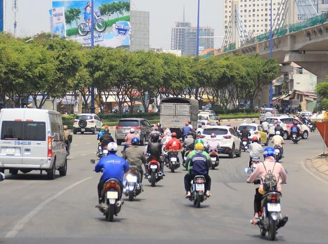Người Sài Gòn vật lộn mưu sinh dưới nắng nóng gần 40 độ - Ảnh 9.