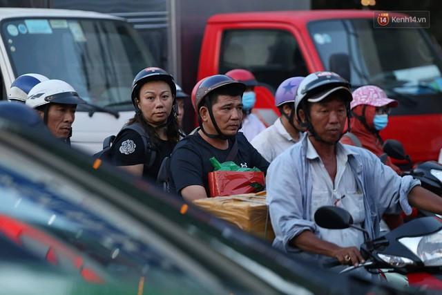 Chùm ảnh khó thở trước kỳ nghỉ lễ: Sân bay Tân Sơn Nhất ùn tắc từ ngoài vào trong - Ảnh 2.