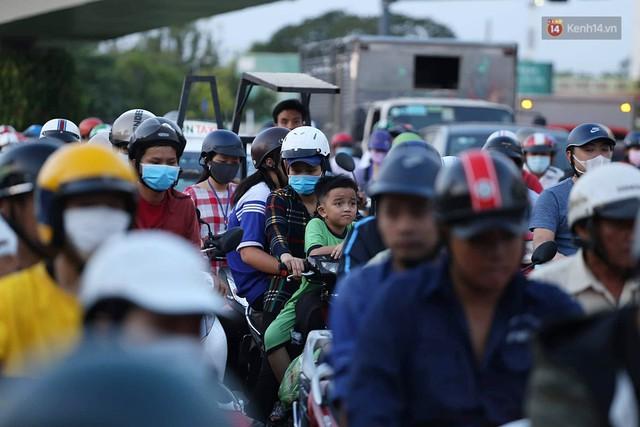 Chùm ảnh khó thở trước kỳ nghỉ lễ: Sân bay Tân Sơn Nhất ùn tắc từ ngoài vào trong - Ảnh 3.