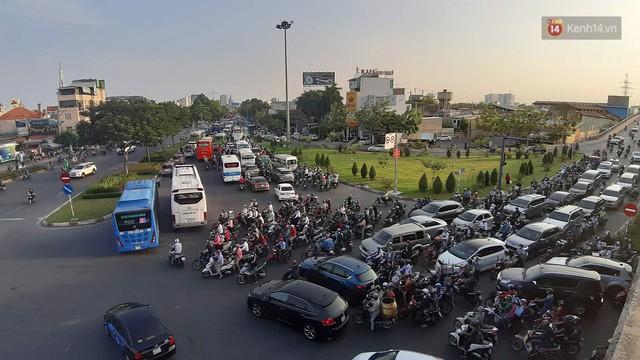 Chùm ảnh khó thở trước kỳ nghỉ lễ: Sân bay Tân Sơn Nhất ùn tắc từ ngoài vào trong - Ảnh 5.