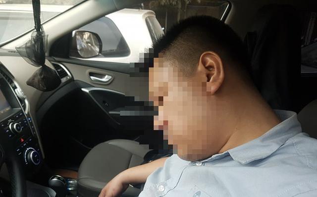 Dừng đèn đỏ, tài xế ở Hà Nội ngủ quên trong xe nửa giờ khiến CSGT phải cẩu cả xe và người - Ảnh 1.