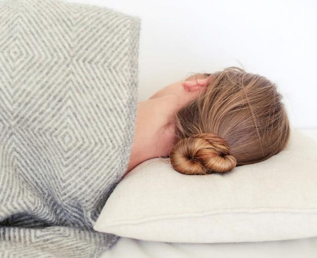 6 thói quen khi ngủ cứ tưởng vô hại nhưng gây ảnh hưởng không nhỏ tới sức khỏe - Ảnh 2.
