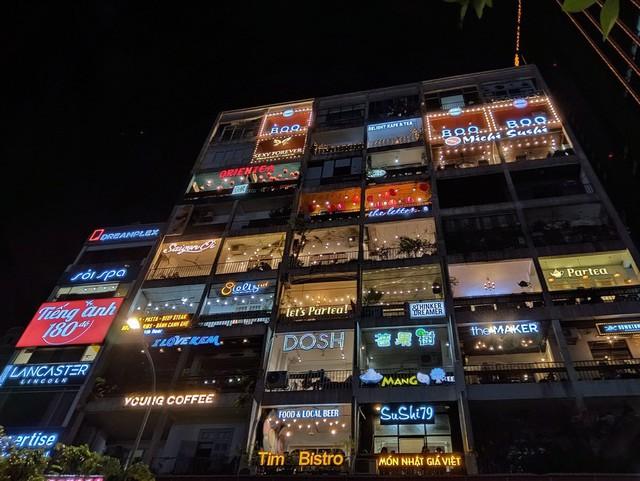 Ngại đi xa ngày lễ, hãy tận hưởng buổi tối Sài Gòn tại những điểm đến siêu hot này! - Ảnh 2.