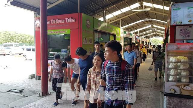 Người dân ùn ùn vào siêu thị mua sắm dịp nghỉ lễ - Ảnh 1.