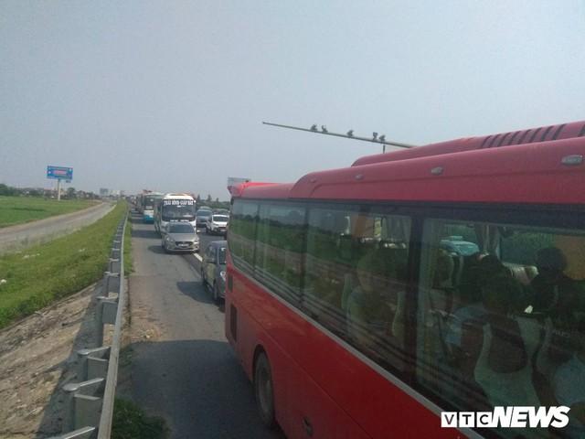 Tai nạn liên hoàn gây ùn tắc, xe ô tô chôn chân xếp hàng dài cả cây số trên Cao tốc Pháp Vân - Cầu Giẽ - Ảnh 1.