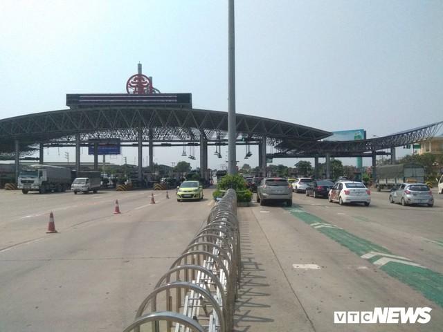 Tai nạn liên hoàn gây ùn tắc, xe ô tô chôn chân xếp hàng dài cả cây số trên Cao tốc Pháp Vân - Cầu Giẽ - Ảnh 2.