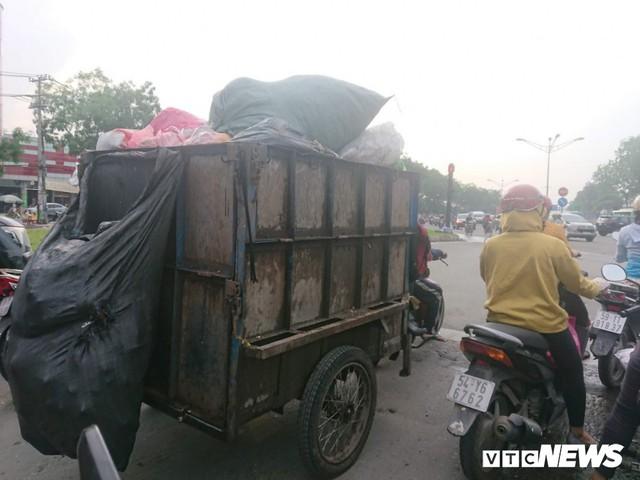 Xe thu gom rác tự chế 'lộng hành' trước ngày 'khai tử' ở TP.HCM - Ảnh 3.