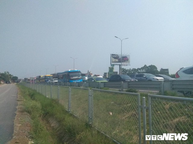 Tai nạn liên hoàn gây ùn tắc, xe ô tô chôn chân xếp hàng dài cả cây số trên Cao tốc Pháp Vân - Cầu Giẽ - Ảnh 3.
