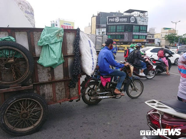Xe thu gom rác tự chế 'lộng hành' trước ngày 'khai tử' ở TP.HCM - Ảnh 4.