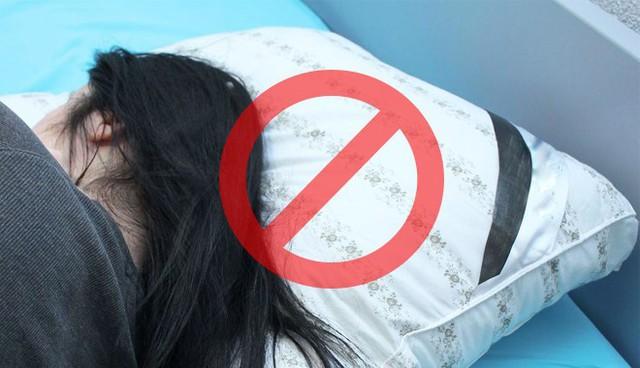 6 thói quen khi ngủ cứ tưởng vô hại nhưng gây ảnh hưởng không nhỏ tới sức khỏe - Ảnh 4.