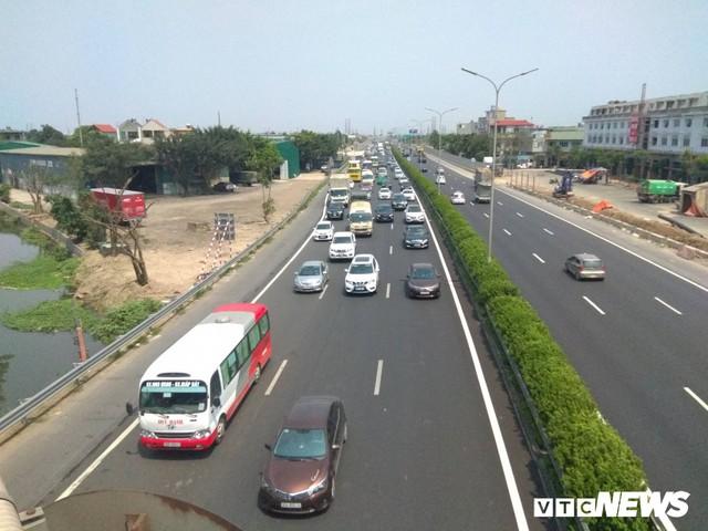 Tai nạn liên hoàn gây ùn tắc, xe ô tô chôn chân xếp hàng dài cả cây số trên Cao tốc Pháp Vân - Cầu Giẽ - Ảnh 4.