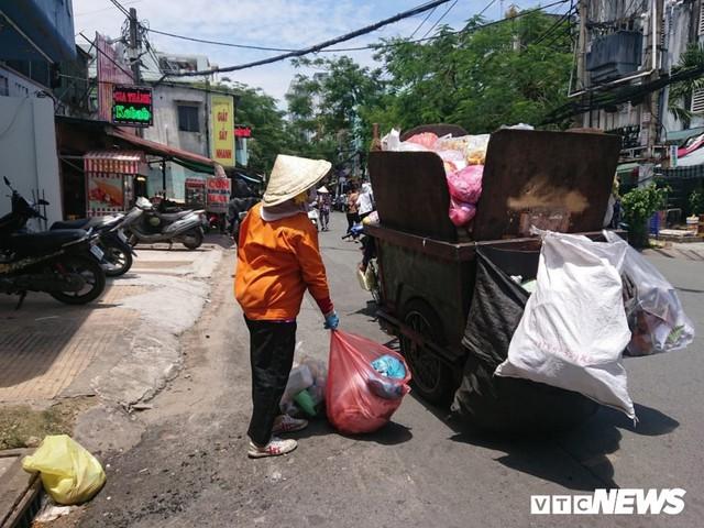 Xe thu gom rác tự chế 'lộng hành' trước ngày 'khai tử' ở TP.HCM - Ảnh 5.