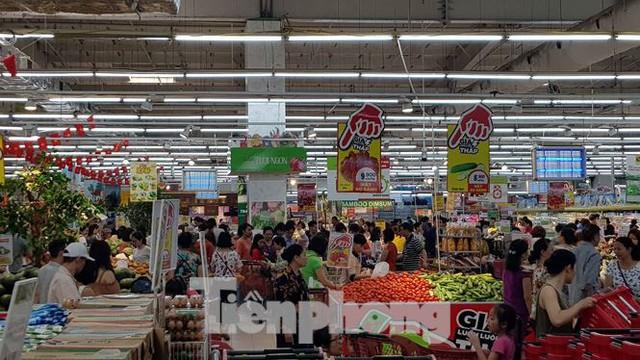 Người dân ùn ùn vào siêu thị mua sắm dịp nghỉ lễ - Ảnh 5.